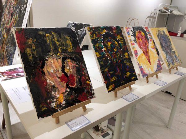 学生の絵画の展示
