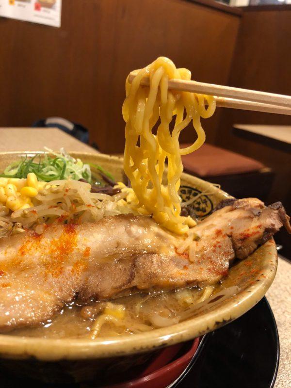ちぢれ麺の太麺!