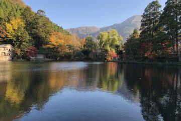 金鱗湖に映る紅葉
