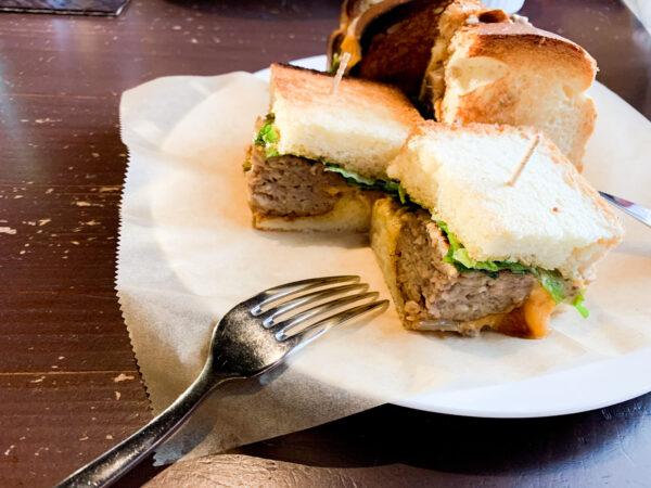 サンドイッチのハンバーグは自家製。